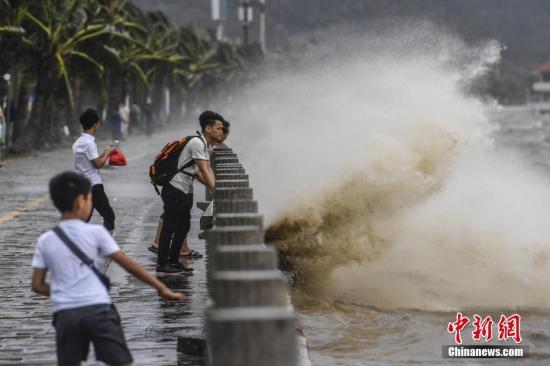 """台风""""帕卡""""逼近 湛江海域万艘船舶进入锚地防险"""