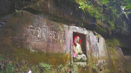 庞坡洞相传是庞统叔父庞德公隐居之地。