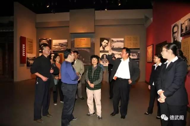井冈山博物馆馆长肖邮华(右三)在介绍张子清的英雄事绩