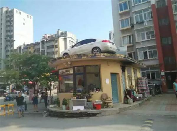 司机 真怼上天!女小区视频堵住乐器门视频找物业华用车天图片