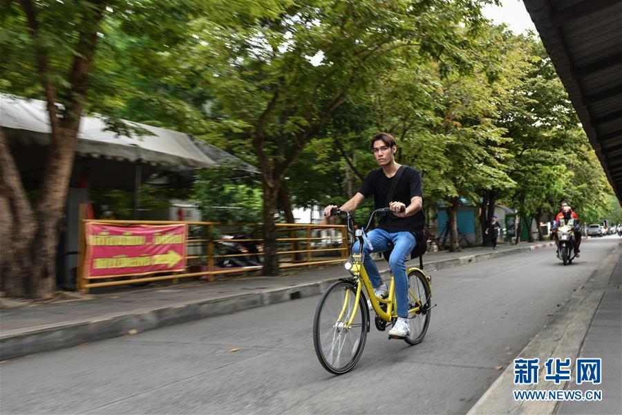 8月15日,在泰国曼谷之泰国国立法政大学,一名先生运用ofo小黄车出行。 新华社记者李芒茫摄