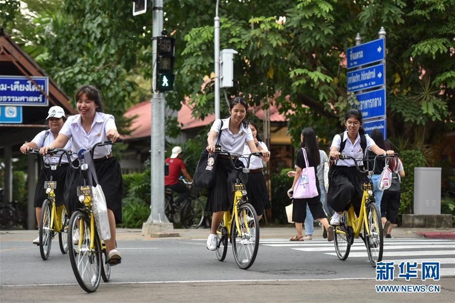 8月15日,在泰国曼谷的泰国国立法政大学,学生们使用ofo小黄车出行。 新华社记者李芒茫摄