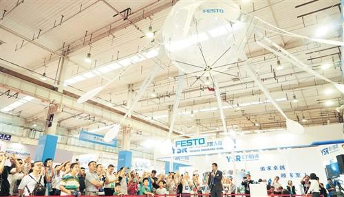 8月23日,观众在世界机器人大会现场观看机器人表演。经济日报记者赵晶摄
