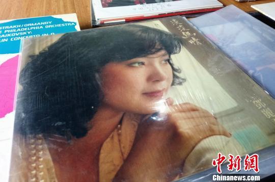金方勇收藏的1983年版邓丽君的黑胶唱片《淡淡幽情》。 胡小丽 摄