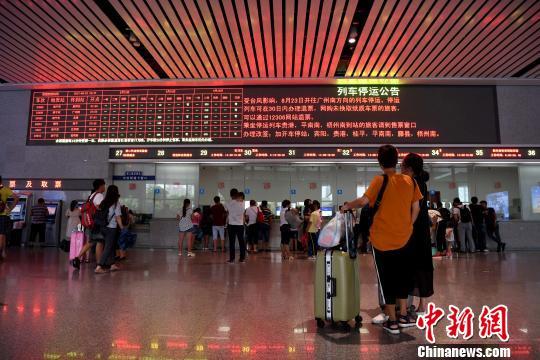 """台风""""天鸽""""夜袭广西 多地暴雨转移人员12.78万人"""