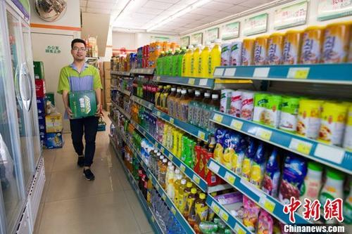 山西太原,超市工作人员正在整理商品。中新社记者 张云 摄