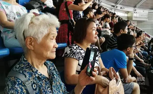 白发苍苍的老奶奶也不想错过这个盛典。