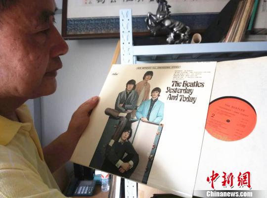 金方勇向记者展示黑胶唱片。 胡小丽 摄