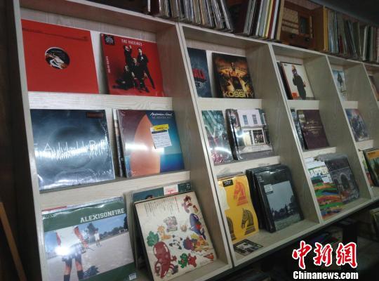 唱片店内摆放着的黑胶唱片。 胡小丽 摄