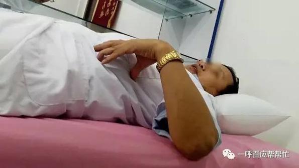 过了一会儿,记者再次走进诊室,或许是接待病人过多,李传授躺在床上边歇息边表示,只要给钱,记者的生殖体系疾病他同样能治。