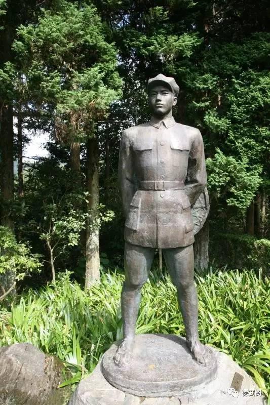 巍然矗立在井冈山上的┞放子清雕像
