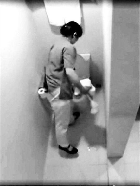 ↑保洁员用洗脸毛巾擦马桶