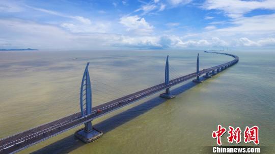 圖為7月7日航拍港珠澳大橋江海直達船航道橋。 陳驥旻 攝