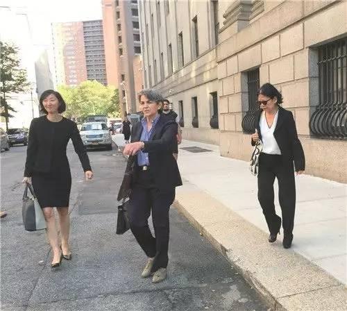 2016年7月29日,严雪瑞(右)跟两位状师分开法院。侨报记者吴宇扉摄