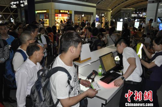 图为等待登机的旅客。 吕俊明 摄