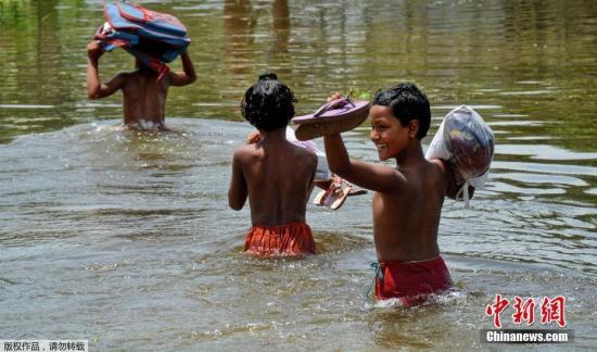 连日来,印度、尼泊尔、孟加拉国等南亚国家遭遇特大洪水,超过2400万人受灾。