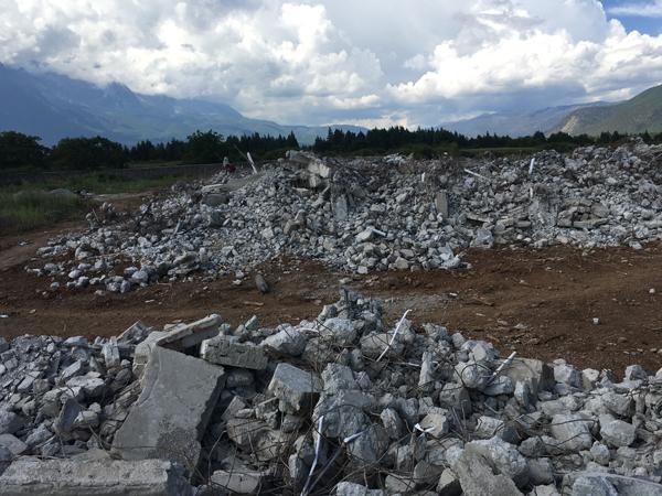 丽江坝子上撤除7栋别墅后的废墟。