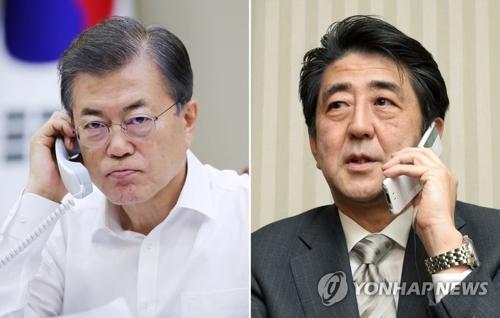 8月25日,在青瓦台,韩国总统文在寅(左)与日本首相安倍晋三通电话。图片为韩联社资料图片。(韩联社/青瓦台提供)