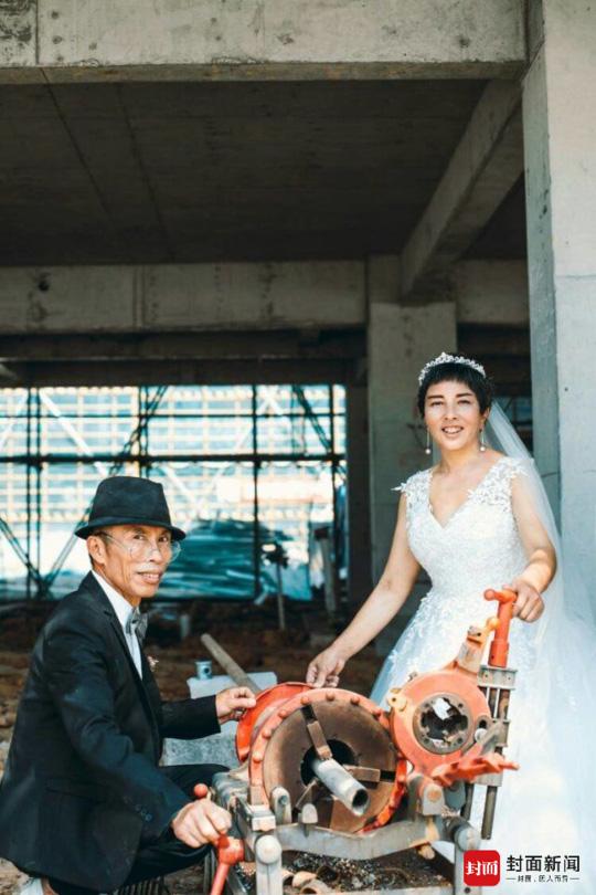 5对农民工夫妻在工地补拍婚纱照迎七夕(图)