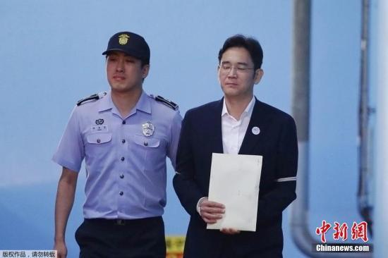当地时间2017年8月25日,韩国三星集团副会长李在镕被押往首尔中央地方法院。