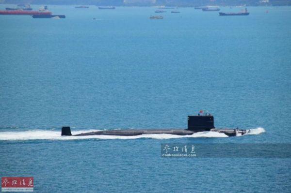 资料图:中国核潜艇挂国旗高调通过马六甲海峡。