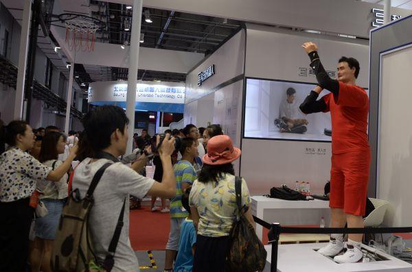 这是在北京举办的2017年天下呆板人年夜会上展出的高仿真人投篮呆板人(8月24日摄)。 新华社记者 李欣 摄