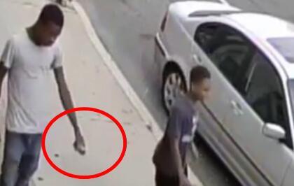 美国费城中餐馆遭人投掷爆炸物 监控记录惊险一刻