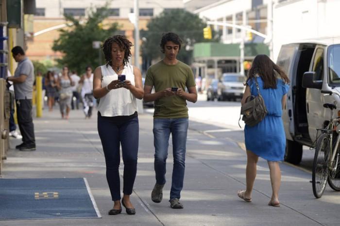 芝加哥:边走路边玩手机 将最高罚500美元