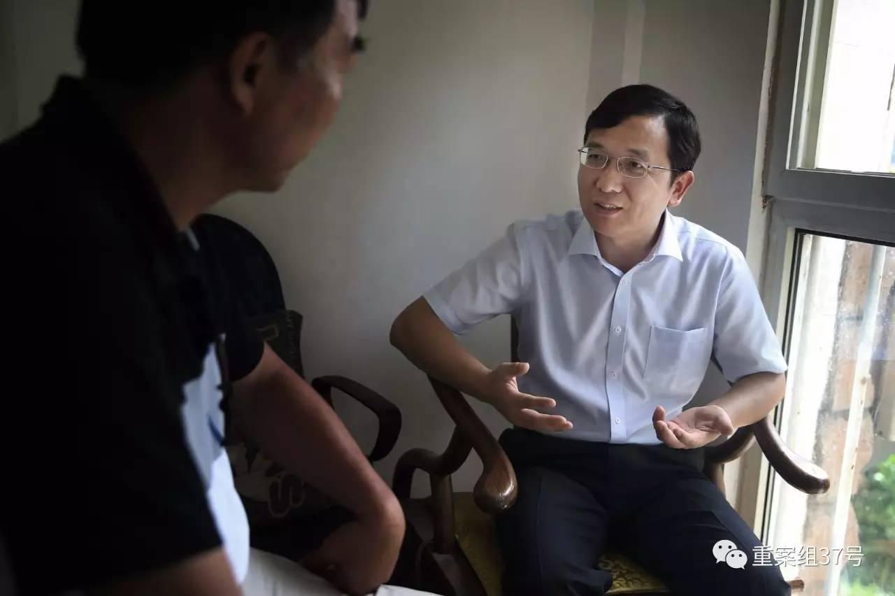 """▲一名传销人员的父亲向反传销人士李旭咨询""""反洗脑""""方案。"""