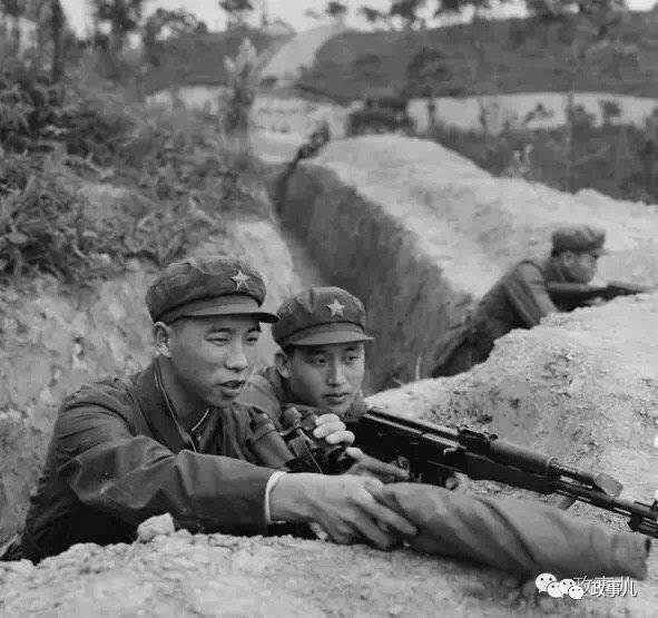 对越自卫回击战中的李作成(左一)