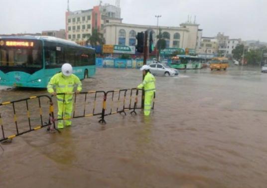 """台风""""帕卡""""在江门逗留3小时,强度不减,降雨持续"""
