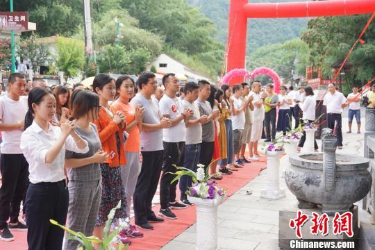 九十九名单身男女齐聚千年菩提树下许愿,祈求早日脱单。 贾亲亲 摄
