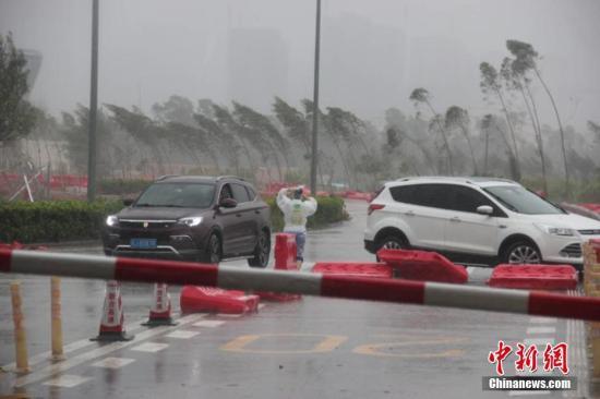 """往年第14号台风""""帕卡""""于8月27日9时许在广东省台山市西北部沿海登岸。受""""帕卡""""影响,广东当天有多条高速双向进口关闭,此中,位于登岸点邻近的新(会)台(山)高速曾经启动全线关闭。文/蔡敏婕 图/欧阳征朝"""
