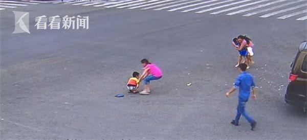视频|惊险!路口发生车祸 两小孩从后备箱被撞出滚落马路