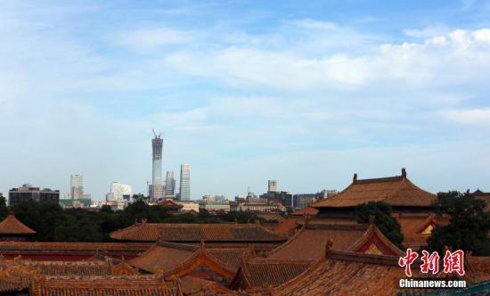 8月25日,从北京故宫远望CBD景不雅。当日,北京仍旧晴晴天气,天高气爽,能见度高。 中新社记者 杨可佳 摄