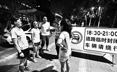 """青岛交警在为""""暴走团""""限行的路段执勤"""