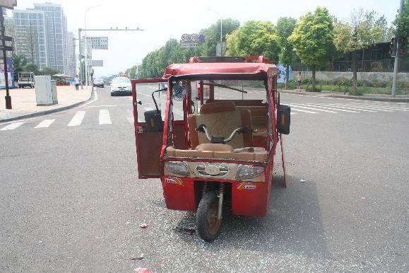 无视交通法规闯红灯 车损人伤后悔不已