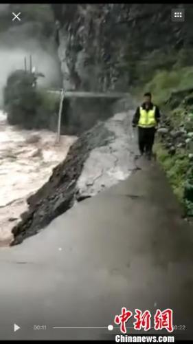 受暴雨影响 四川平武至九寨沟道路完全中断