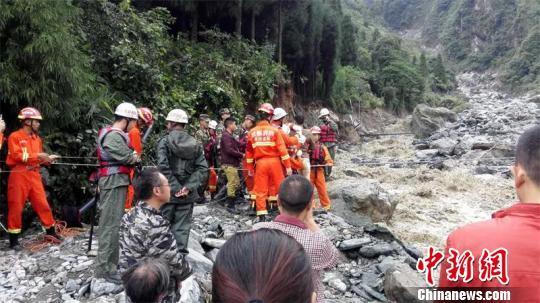 成都彭州突发暴雨龙门山多条道路被冲毁2000人被困