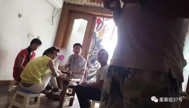 ▲8月19日,江苏省丹阳市金陵西路东方商城南边某小区9号楼六层某室,四名传销组织人员正在打牌。新京报记者尹亚飞摄