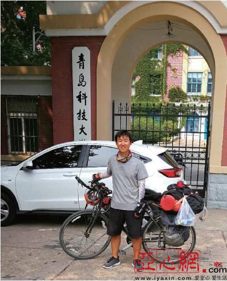 8月9日,彭博到达青岛,并在青岛科技大学门前留影。本人供图