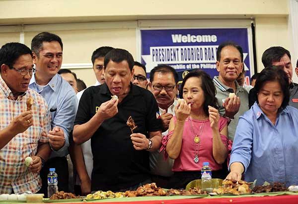 杜特尔特带头大口吃鸡肉 缓解菲律宾禽流感恐慌