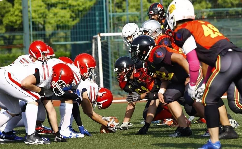 ▲资料图片:4月29日,中韩大学生美式橄榄球友谊赛在上海举行,图为中国(右)与韩国大学生联队球员在比赛中对阵。
