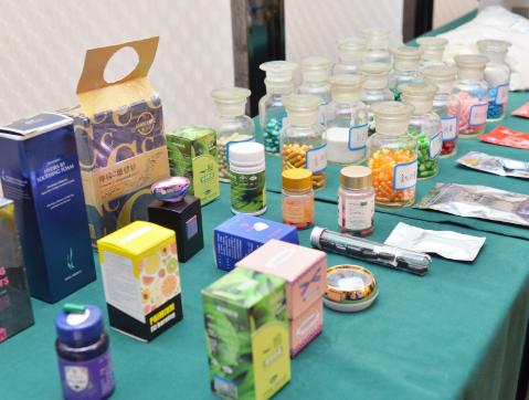 警方缴获的假减肥药包装、胶囊等。 资料图