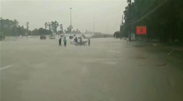 """休斯敦5500人因飓风""""哈维""""进入避难所"""