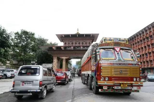 ▲图为印度货车进入不丹,摄影:本报特派记者崔萌