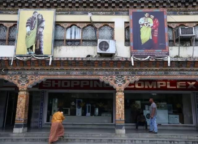 """▲图为不丹的国王与王后,然而印度在很多不丹人眼里却已经成为了这个国家的""""第六任国王""""了……摄影:本报特派记者崔萌"""