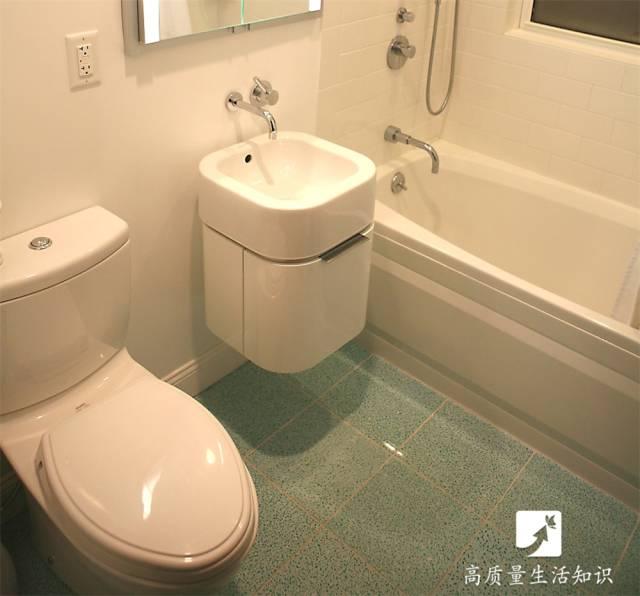 一,水箱的结构 一般来说,马桶的水箱里面的结构都有 浮球,进水管,排水