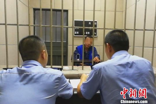 警方对此中一名犯法怀疑人停止审判 宜公宣 摄
