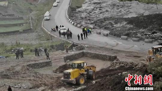 青海玛沁境内发生山体滑坡9人被埋 救援仍在进行
